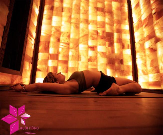 4 lợi ích tuyệt vời khi tập yoga nóng đá muối2